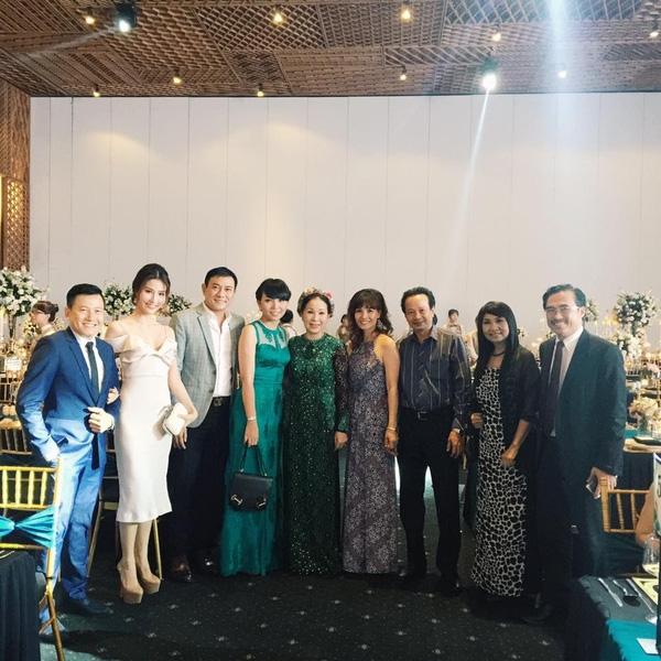 Các nghệ sĩ tham dự tiệc cướichụp ảnh kỉ niệm cùng nhau trong ngày vui của làng giải trí Việt. - Tin sao Viet - Tin tuc sao Viet - Scandal sao Viet - Tin tuc cua Sao - Tin cua Sao