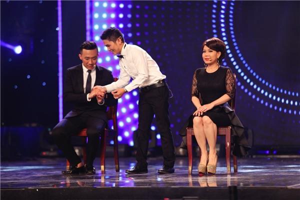 Trước đó, Văn Lam đã nhờ giám khảo Việt Hương xem giờ và Trấn Thành chọn một giờ bất kỳ mà anh thích. - Tin sao Viet - Tin tuc sao Viet - Scandal sao Viet - Tin tuc cua Sao - Tin cua Sao
