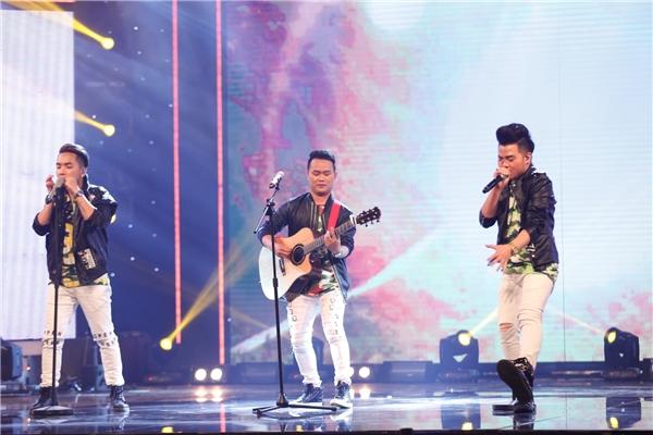 Ba chàng trai đến từ nhóm Thiên Đường đã thể hiện bản mashup hai bài hát nổi tiếng Chào em cô gái Lam Hồng (nhạc sĩ Ánh Dương) và Cô gái mở đường (nhạc sĩ Xuân Giao) theo phong cách acoustic khiến ban giám khảo vô cùng thích thú. - Tin sao Viet - Tin tuc sao Viet - Scandal sao Viet - Tin tuc cua Sao - Tin cua Sao