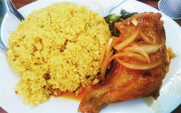 """Đĩa cơm gà to """"vật vã"""" này lại có giá chỉ 39.000 đồng. (Ảnh: Internet)"""
