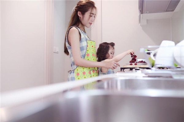 Chưa dừng lại ở đó, tiểu thư nhà Elly Trần còn đích thân phụ mẹ rửa trái cây khi xuống bếp. - Tin sao Viet - Tin tuc sao Viet - Scandal sao Viet - Tin tuc cua Sao - Tin cua Sao