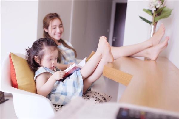 Một trong những thú vuithư giãn của hai mẹ con trong ngày cuối tuần là đọc sách cùng nhau. - Tin sao Viet - Tin tuc sao Viet - Scandal sao Viet - Tin tuc cua Sao - Tin cua Sao
