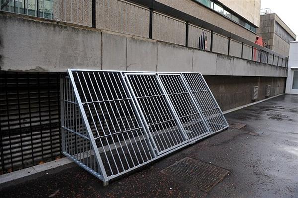 Chiếc lồng gây mất mĩ quan tại đại học Cardiffnày thực chất là để ngănngười vô gia cư lại gần và sưởi ấm vào mùa đông. (Ảnh: Internet)