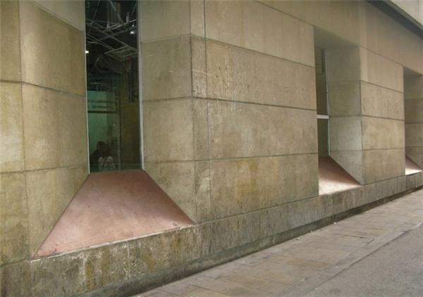 Tại Barcelona, Tây Ban Nha, các thiết kế kết nối khoảng không của các cột trụ được làm nghiêng, gây cản trở cho bất cứ ai có ý định ngồi hay nằm trên đó. (Ảnh: Internet)