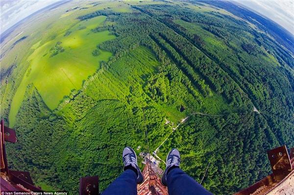 Dưới chân anh chànglà khoảng không xanh mát đầy quyến rũ của một vùng quê nào đó.(Ảnh: Daily Mail)