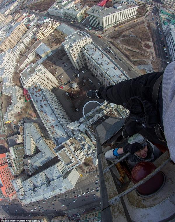 """Hai """"nhà leo núi"""" không hề sợ sệt trước những rủi ro một khi họ lỡ trượt tay trong quá trình leo trèo.(Ảnh: Daily Mail)"""