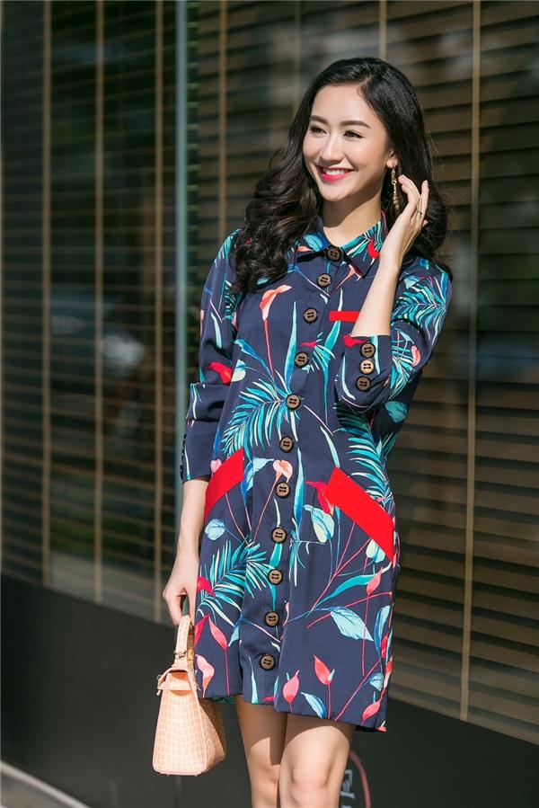 Shirt dress của Hà Thu lại thu hút ánh nhìn người đối diện bởi sự hòa hợp, tương phản giữa các tông màu sáng - tối, đậm - nhạt.