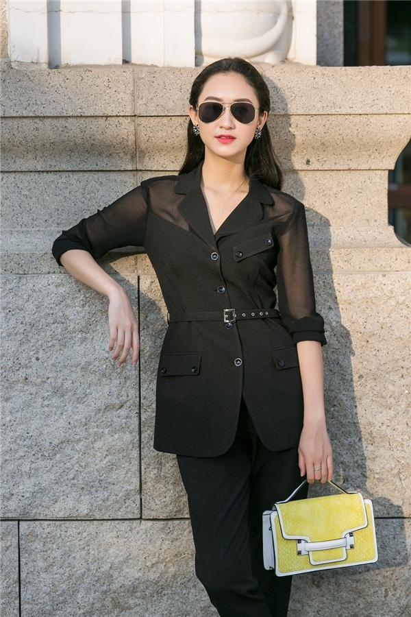 Hà Thu khéo léo kết hợp trang phục cùng túi xách có tông màu sáng, nổi bật.