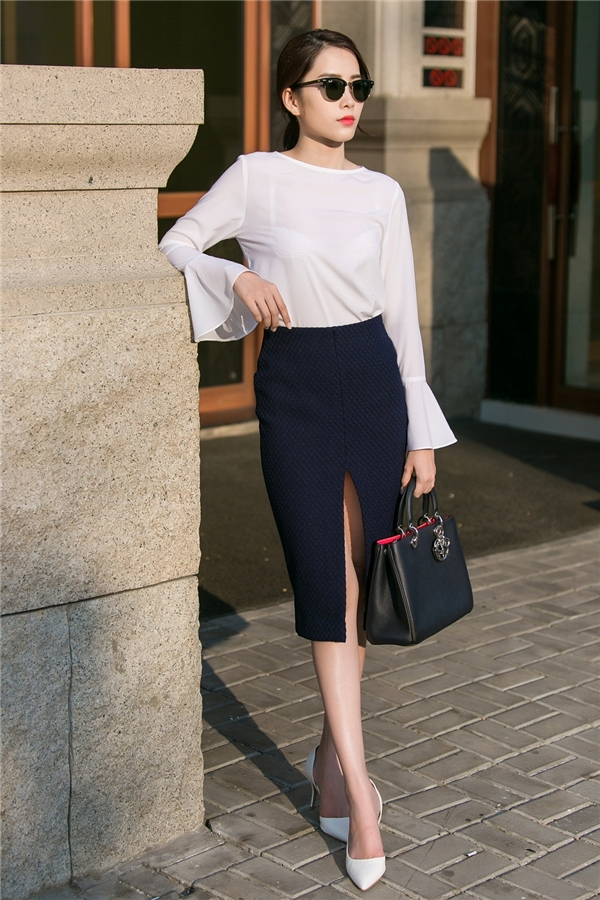 Với những cô gái yêu thích vẻ ngoài thanh lịch, kín đáo thì bộ trang phục của Nam Em sẽ là một gợi ý tuyệt vời. Chân váy bút chì kinh điển được xẻ cao giúp các cô gái trở nên gợi cảm hơn.