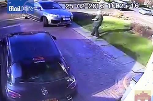 Sốc trước cảnh tấn công đại gia, cướp Audi ngay trước cửa nhà