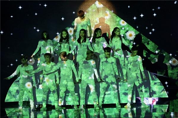 Sử dụng background trắng tinh đơn giản, cùng dàn vũ công với trang phục cùng màu, Soobin Hoàng Sơn khiến khán giả ngỡ ngàng khi tận dụng điều đó để trực tiếp trình diễn hình ảnh những đóa hoa đang nở rộ trên chính cơ thể của dancer. - Tin sao Viet - Tin tuc sao Viet - Scandal sao Viet - Tin tuc cua Sao - Tin cua Sao