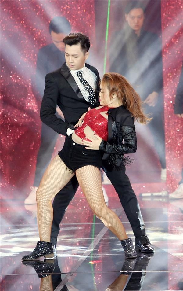 """Màn break dance nóng bỏng cùng vũ công nữ khiến khán giả """"nghẹn thở"""". - Tin sao Viet - Tin tuc sao Viet - Scandal sao Viet - Tin tuc cua Sao - Tin cua Sao"""