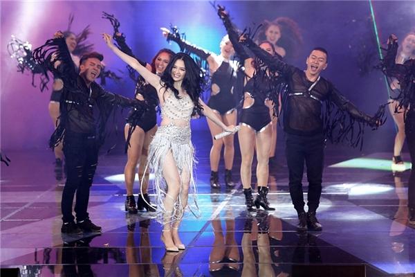 Giai điệu cùng vũ đạo nóng bỏng khiến khán giả liên tưởng đến những ca khúc Nam Mỹ. - Tin sao Viet - Tin tuc sao Viet - Scandal sao Viet - Tin tuc cua Sao - Tin cua Sao
