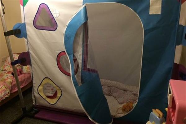 Chiếc giường đặc biệt của Maddie, bảo vệ cô bé khỏi những thương tổn.Ảnh: Dailymail