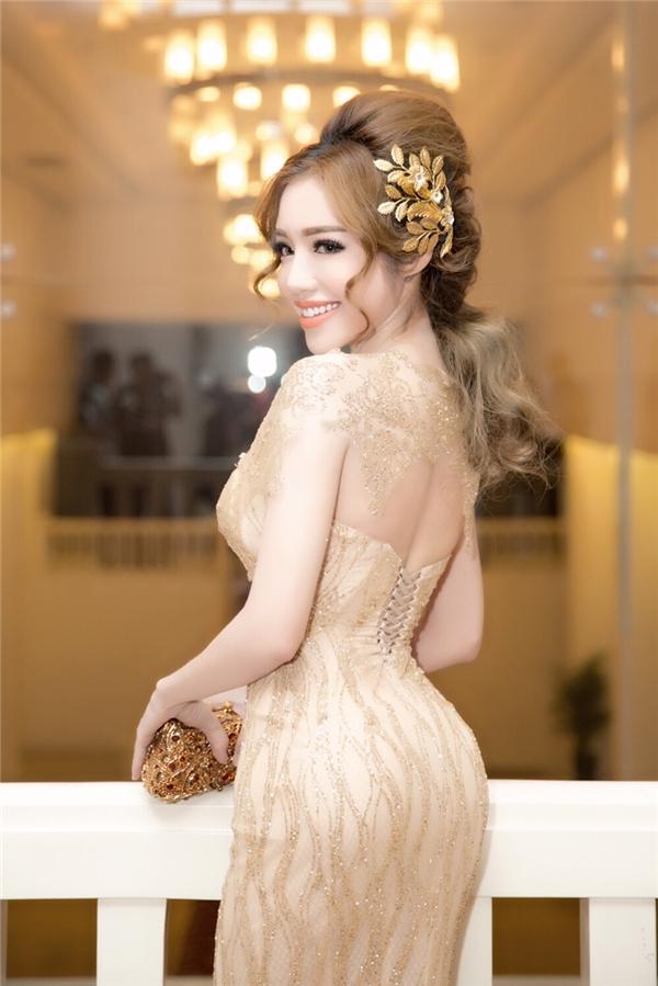 Elly Trần khoe thân hình đồng hồ cát nuột nà với vẻ đẹp nữ thần - Tin sao Viet - Tin tuc sao Viet - Scandal sao Viet - Tin tuc cua Sao - Tin cua Sao