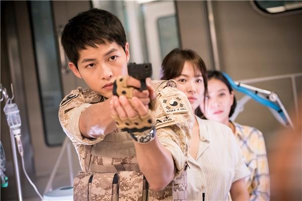"""Ngay từ lần đầu chạm mặt, Yoo Shi Jin đã nhanh chóng chiếm trọn trái tim khán giả và cả bác sĩ Kang Mo Yeon (Song Hye Kyo): """"Nguyên tắc của tôi là bảo vệ người đẹp, người già và trẻ em.""""."""