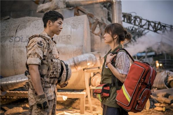 """Trong tập 6 vừa rồi, khán giả không khỏi xúc động trước cảnh tan - hợp trong phút chốc của hai cặp đôi. Yoo Shi Jin và Kang Mo Yeon vui mừng vì gặp lại nhau sau trận động đất kinh hoàng, trước khi lên đường thực hiện nhiệm vụ, đại úy Yoo không quên dặn dò: """"Tôi rất hối hận vì sáng hôm đó đã không gặp cô mà đi luôn rồi. Tôi không thể ở bên cạnh bảo vệ cô được. Vì vậy nhớ phải cẩn thận nhé""""."""