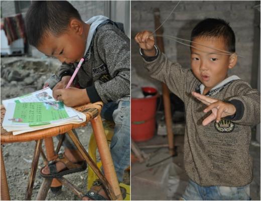 Cậu bé Ou Yang 7 tuổi vừa đi học vừa tự kiếm tiền nuôi cha bệnh tật. (Ảnh: Internet)