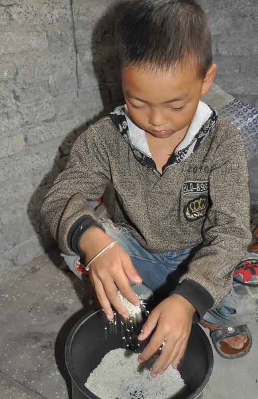 Ou Yang còn quá nhỏ để phải lo miếng cơm manh áo như bây giờ.(Ảnh: Internet)