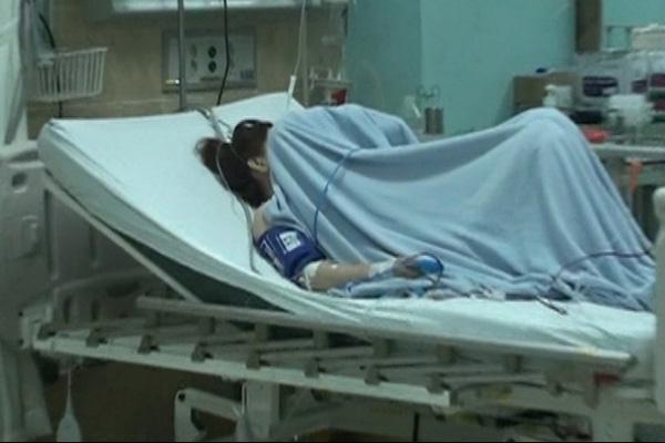 Ngân đang được chăm sóc, giám sát 24/24 tại bệnh viện. Ảnh: Chí Thạch