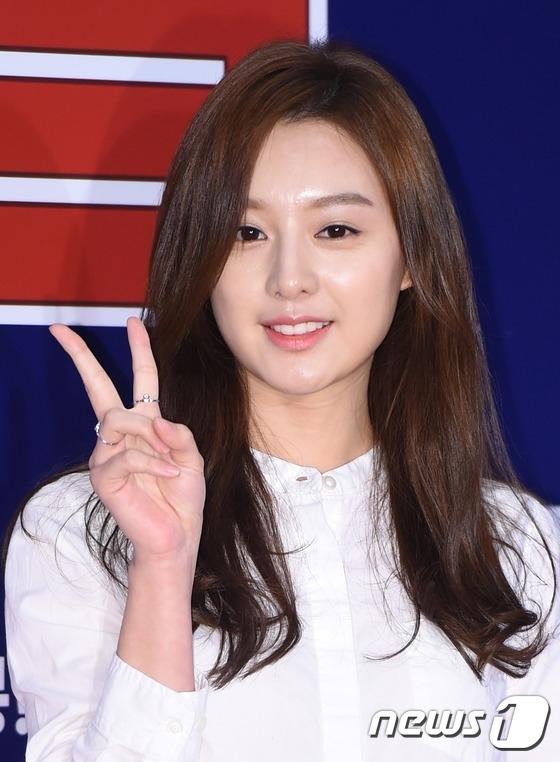 Không kém cạnh hai bạn diễn, Kim Ji Won từ xưa đã được nhận xét là mĩ nhân. Những hình ngày bé chứng tỏ nhan sắc chưa từng qua dao kéo đáng ganh tị của nữ diễn viên.