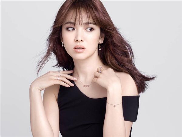 """Song Hye Kyo từ khi còn nhỏ đã lộ rõ vẻ ngoài xinh xắn. Đôi mắt to cùng hàng chân mày giúp gương mặt cô trông rất thanh tú. Không ít cư dân mạng bày tỏ sự ngưỡng mộ trước nhan sắc hơn người và khí chất tỏa ra từ nàng """"ngọc nữ"""" không tuổi."""