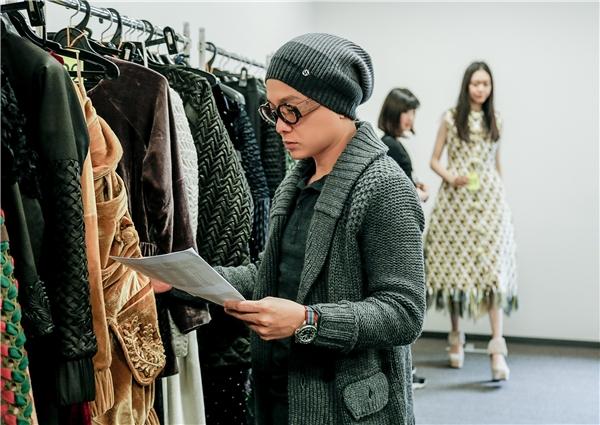 Công Trí cẩn thận chọn lựa từng bộ trang phục cho các người mẫu.
