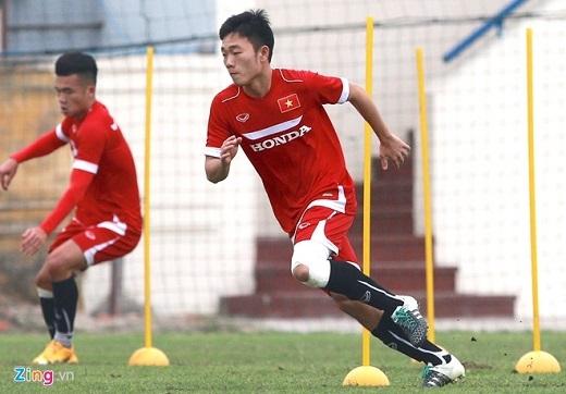 Trong buổi tập đầu tiên cùng đội tuyển, Xuân Trường băng kín gối để cố định chấn thương cũ. Tiền vệ của Incheon United và Tuấn Anh nỗ lực hết mình để sớm làm quen với phương pháp huấn luyện của HLV Hữu Thắng.