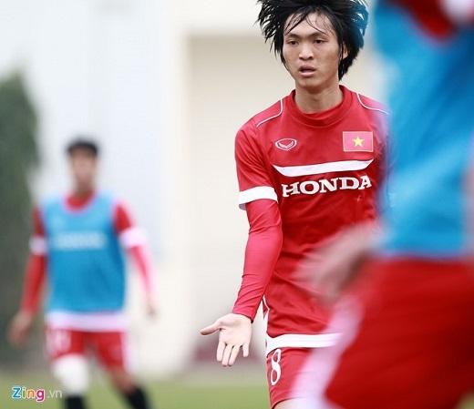 Tuấn Anh mạnh dạn ra hiệu bằng tay để xin bóng từ đồng đội. Trong suốt buổi tập, nhiều hơn 2 lần tiền vệ vừa trở về từ Yokohama FC thực hiện động tác này. Điều này thể hiện sự mạnh dạn trên sân cỏ của tiền vệ vốn được biết đến với tính cách nhút nhát.
