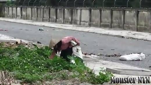 Dàn cảnh đánh rơi ví tiền thử lòng cụ bà và cái kết bất ngờ