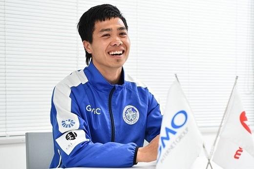"""Tiền đạo khoác áo số 16 của CLB Mito Hollhock cười lớn khi được truyền thông Nhật Bản hỏi về biệt danh """"Messi Việt Nam"""". (Ảnh: Soccer King)"""