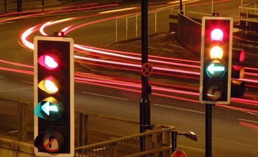 Đèn tín hiệu ngày nay có 3 màu xanh - vàng - đỏ... (Ảnh: Internet)