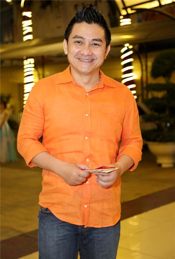 Trong khi đó, nghệ sĩ hài Anh Vũ lại lựa chọn cho mình màu cam nổi bật thân chinh đến chúc phúc cho đàn em. - Tin sao Viet - Tin tuc sao Viet - Scandal sao Viet - Tin tuc cua Sao - Tin cua Sao