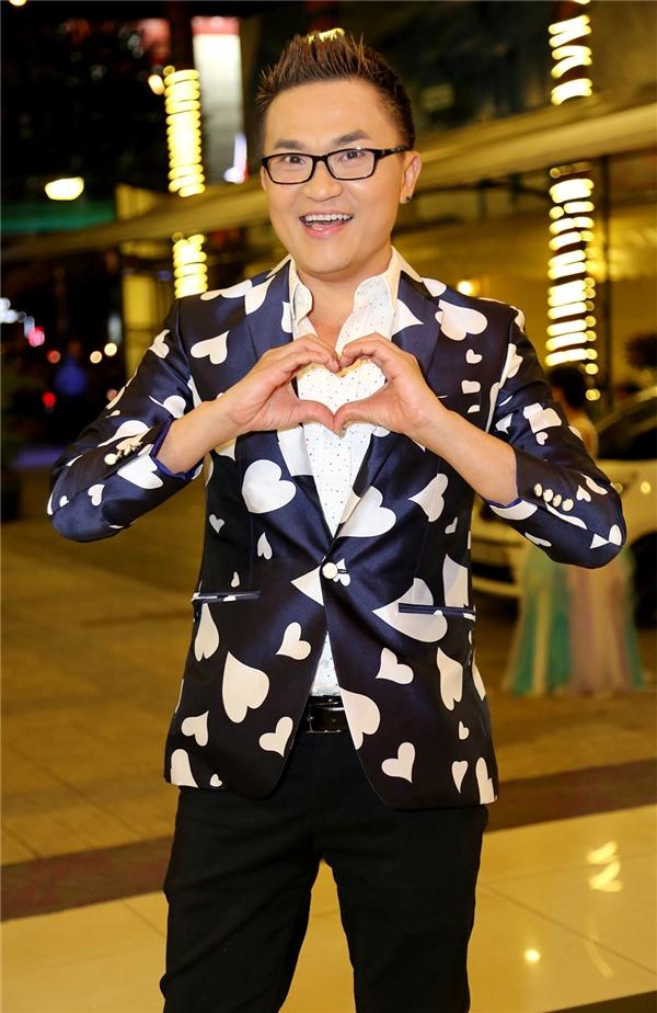 """Nghệ sĩ Đại Nghĩa cũng không kém cạnh 2 """"cây cười"""" nói trên với bộ vest hoa văn trái tim vô cùng đáng yêu nhưng cũng không kém phần lịch thiệp. - Tin sao Viet - Tin tuc sao Viet - Scandal sao Viet - Tin tuc cua Sao - Tin cua Sao"""