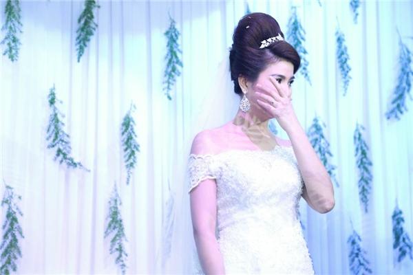 Cô dâu mới không cầm được nước mắt khi gửi lời cảm tạ đấng sinh thành. - Tin sao Viet - Tin tuc sao Viet - Scandal sao Viet - Tin tuc cua Sao - Tin cua Sao