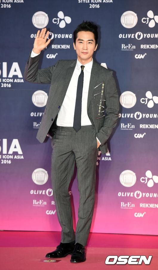 """Dù đã bước sang tuổi 40 nhưng Song Seung Hun vẫn giữ vững vẻ ngoài điển trai và phong độ, anh chính là minh chứng hùng hồn cho câu nói """"gừng càng già càng cay""""."""