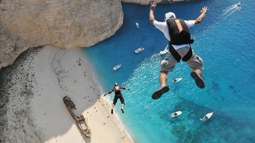 Bạn cũng có thể tham gia các trò chơi mạo hiểm như leo núi hay lướt ván. (Ảnh: Internet)
