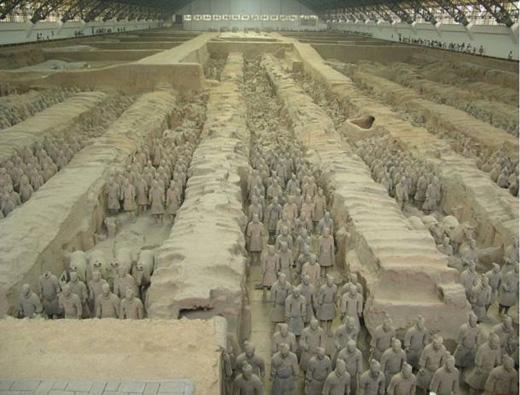 Đội quân chiến binh và ngựa bằng đất nung hùng hậu canh gácgiấc ngủ của hoàng đế. (Ảnh: ancient-origins)