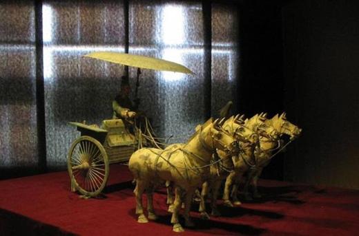 Cỗ xe ngựa kéo này chỉ là một trong vô vàn những món đồ tạo tác được phát hiện xung quanh khu lăng mộ. (Ảnh: ancient-origins)