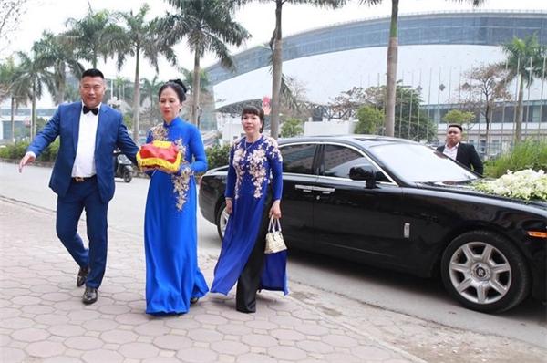 Họ nhà trai diện trang phục đồng điệu với tông xanh biển. - Tin sao Viet - Tin tuc sao Viet - Scandal sao Viet - Tin tuc cua Sao - Tin cua Sao