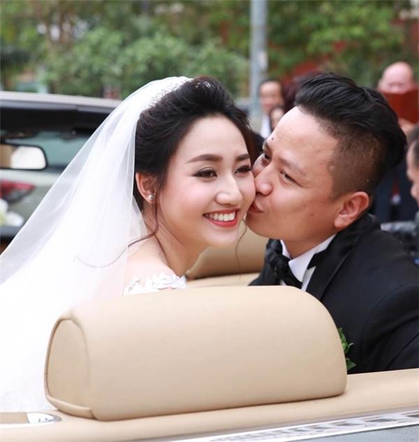 Chú rễ ngọt ngào trao nụ hôn cho cô dâu. - Tin sao Viet - Tin tuc sao Viet - Scandal sao Viet - Tin tuc cua Sao - Tin cua Sao