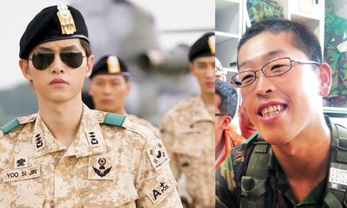 """""""Soái ca"""" Song Joong Ki trong phim (ảnh trái) và hình ảnh người lính Hàn ngoài đời (ảnh phải)"""
