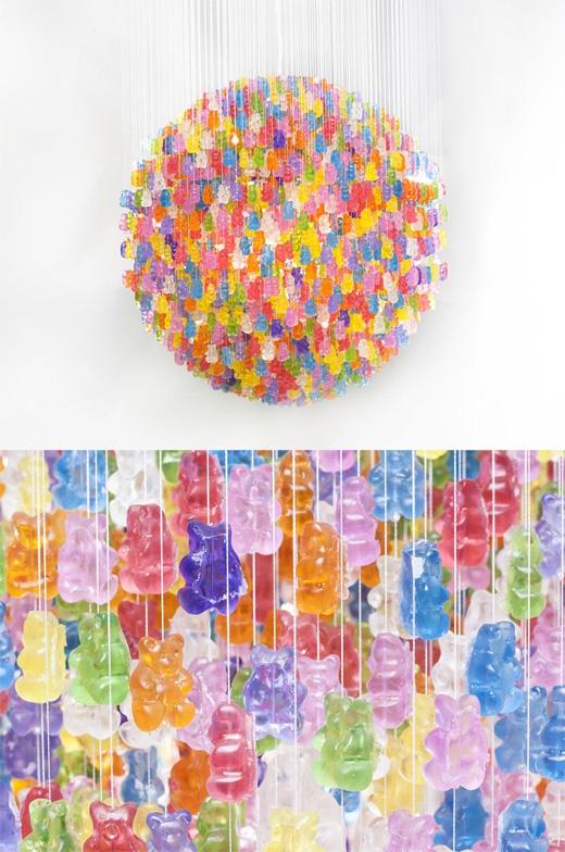 Đèn kẹo dẻo (thực ra đây là những viên kẹo dẻo bằng acrylic, không phải kẹo dẻo thật vì dưới sức nóng của bóng đèn chúng sẽ bị tan chảy).(Ảnh: Bored Panda)