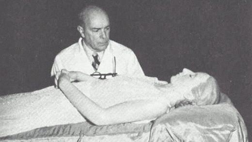 Bác sĩ Pedro Ana bên cạnh xác ướp vừa được hoàn thiện. (Ảnh: Internet)