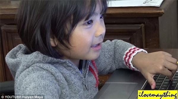 Hulyan đang chăm chú chơi trò chơi điện tử.(Ảnh: Daily Mail)