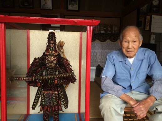 Yoneji Inamurabên cạnh bức tượng Nitta Yoshisadatại nhà riêng.(Ảnh: kotaku)