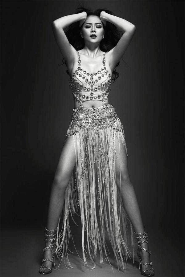 Đây cũng chínhlà bộ trang phục Thiều Bảo Trang đã diện khi trình diễn Hands up tại The Remix. - Tin sao Viet - Tin tuc sao Viet - Scandal sao Viet - Tin tuc cua Sao - Tin cua Sao