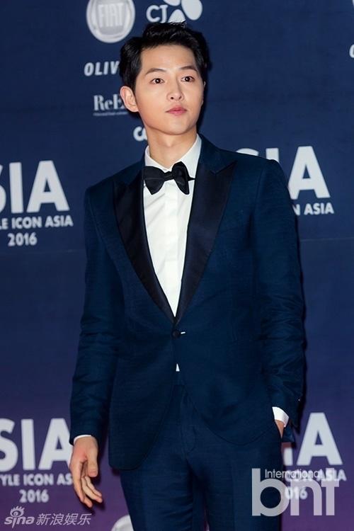 Song Joong Ki hé lộ chuyện hẹn hò với 2 cô gái cao hơn mình
