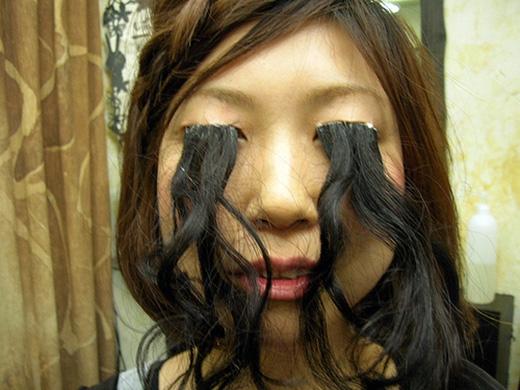 Cô gái này lấy tóc nối lên mí mắt để có cặp lông mi không đụng hàng, nhưng hình như cô ấy đã quên nhuộm cho khớp màu tóc rồi. (Ảnh: Internet)