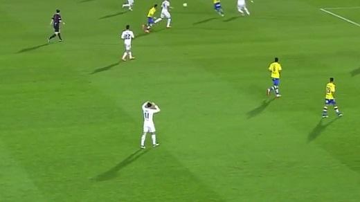 Mặc Real Madrid bị ép sân, Gareth Bale vẫn đứng gần nửa phút để chỉnh tóc